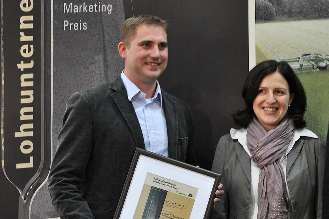 Florian und Beate Hofmann nehmen den Marketingpreis entgegen